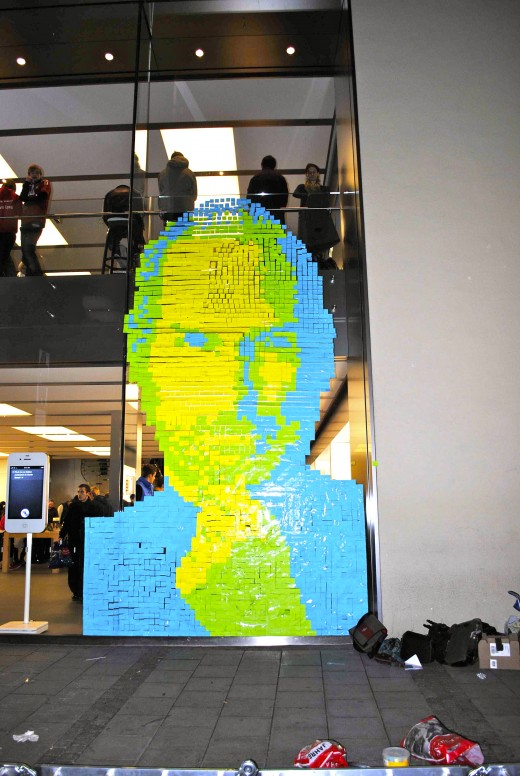 steve jobs postit iFront 520x776 Fans design Steve Jobs portrait out of 4,001 Post it Notes at Apple Store
