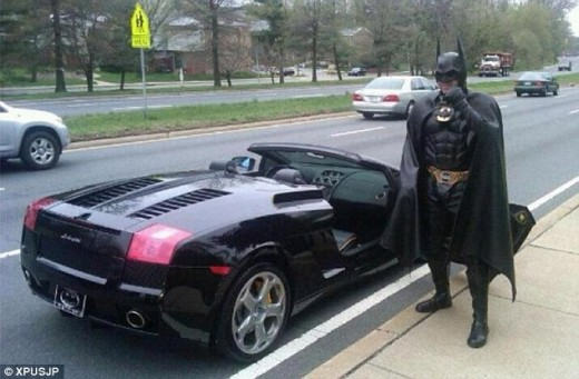 article 2119706 124F4F89000005DC 75 634x416 520x341 Batman gets pulled over by the police for not having a license plate on his Batmobile