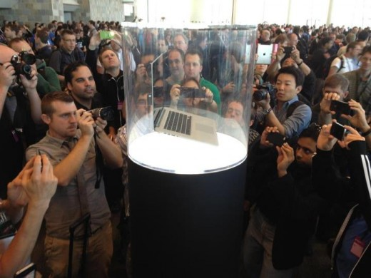 166589 10150956926434655 1828780347 n 520x390 No photo will illustrate the spectacle of an Apple product launch like this one