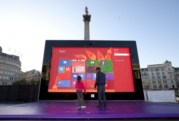 Surface 10 730x494 Microsofts least portable tablet ever: 27ft wide and 17ft tall Surface 2 lands in central London
